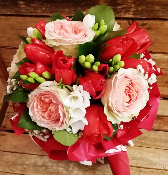 Mazzo Di Fiori Romantico.Bouquet Romantico In Rosso Giardino Fiorito Fiori Arezzo
